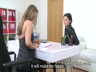Petite lesbo fingered in casting