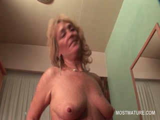Mature sexy nympho self pleasing in bed